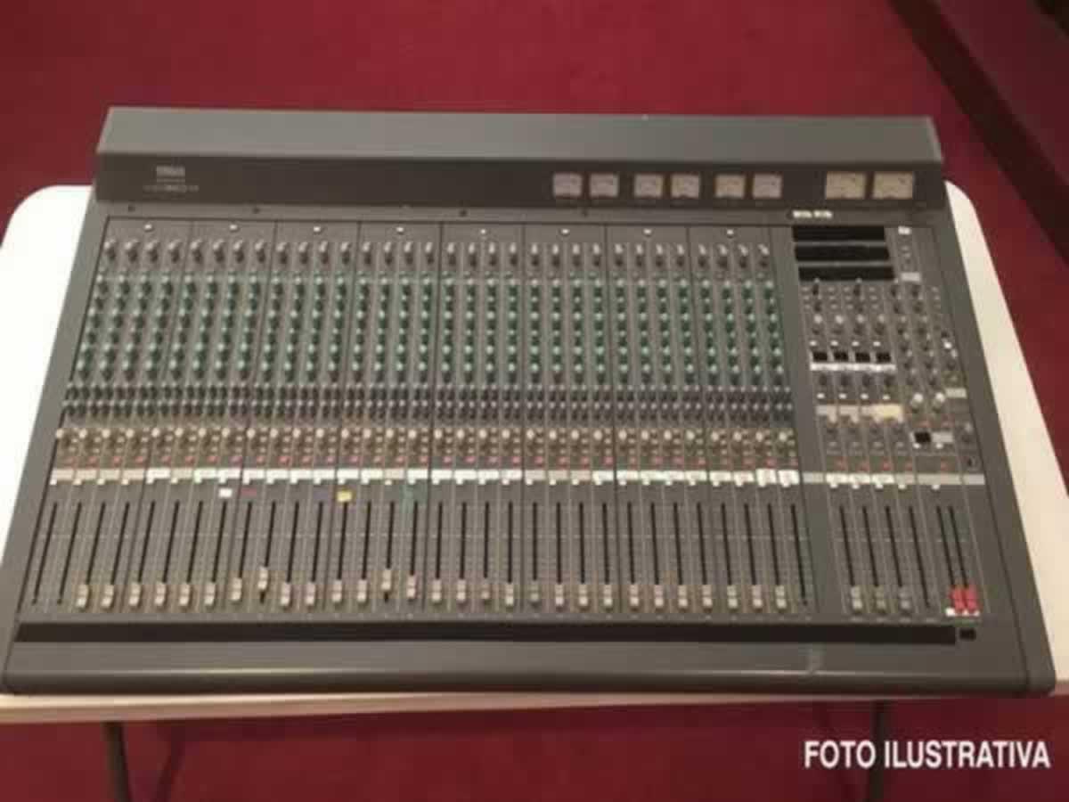 Itabira - Mesa de som 32 canais, Mixing Console MC 3204 II Yamaha Em bom estado de conserv...