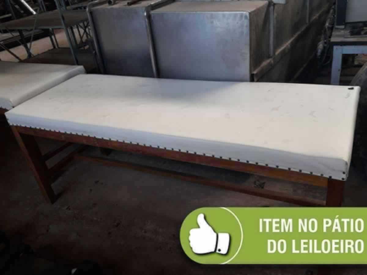 Itaúna - Quant.: 2 - MACAS  DE MADEIRA COM ESTOFADO, MEDINDO 2,10 X 0,70 METROS CADA. Exeq