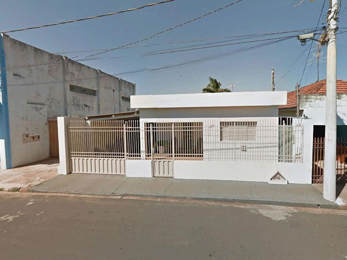 Monte Alegre de Minas - 1/3 de uma casa com 03 quartos,  Rua Coronel Arlindo Parreira, 190...