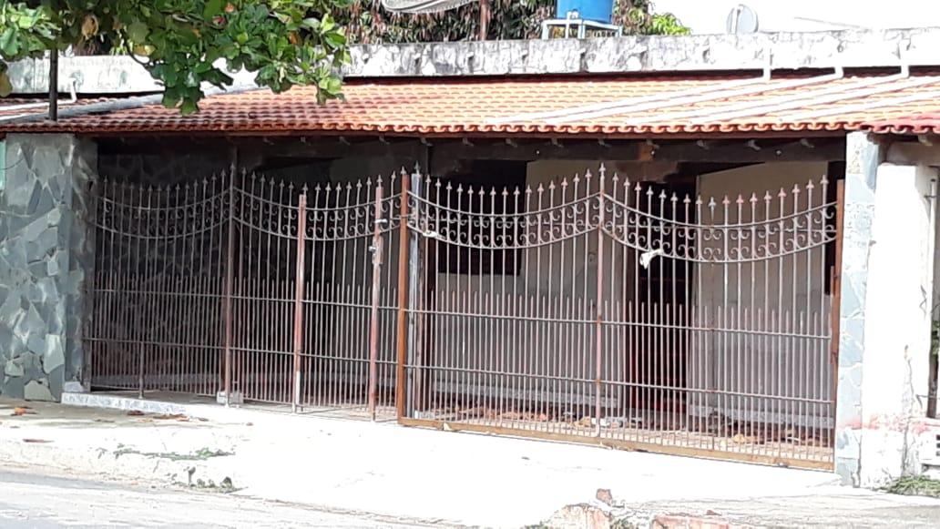 ITEM Nº: 01; Lagoa da Prata/MG.;      Uma casa, construída de tijolos, coberta de telhas