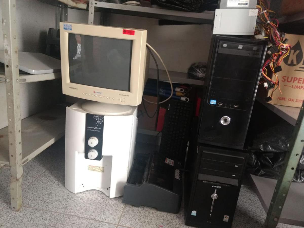 ITEM Nº: 03; Sucata de material de informática; 2 cpu (sendo um carcaça), 1 monitor, 1 fi