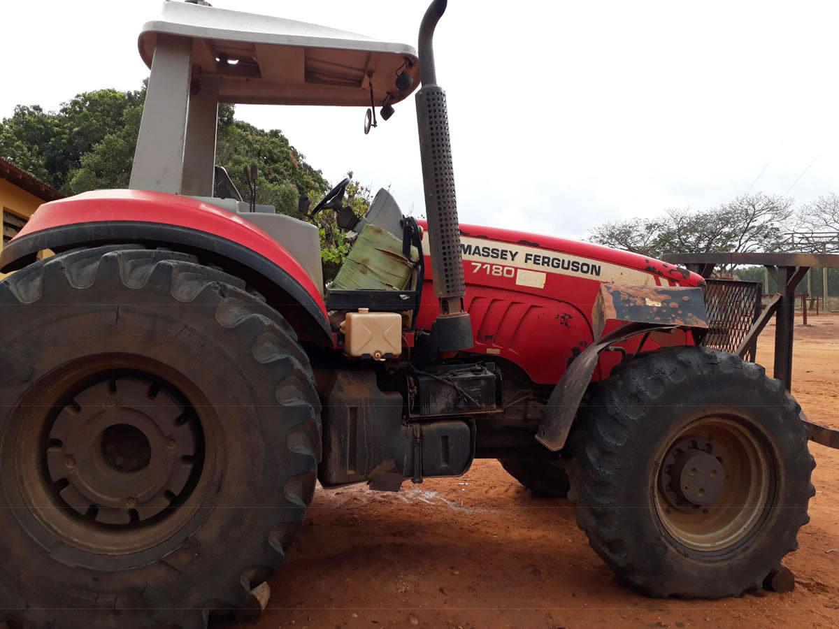 bab5467118b Várzea da Palma - Trator modelo 7180 Massey Ferguson Cor vermelha