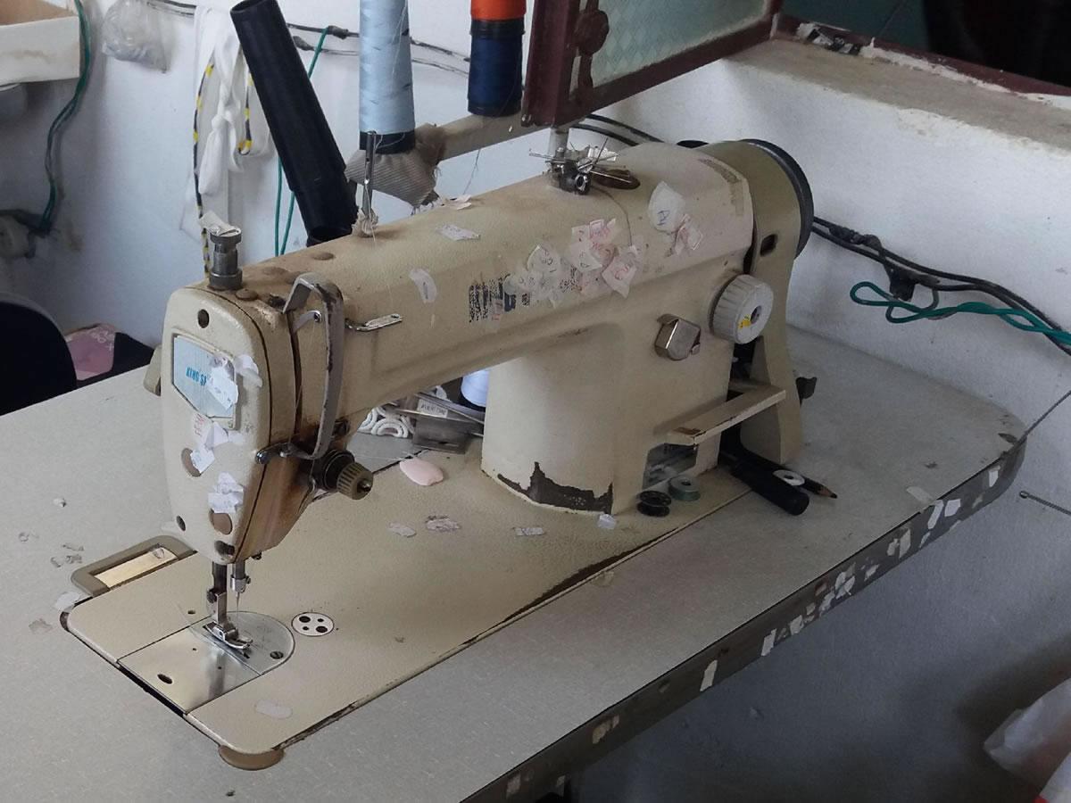 Campo Belo - Máquina de costura reta 8700H King Special Com uma agulha em funcionamento. =...