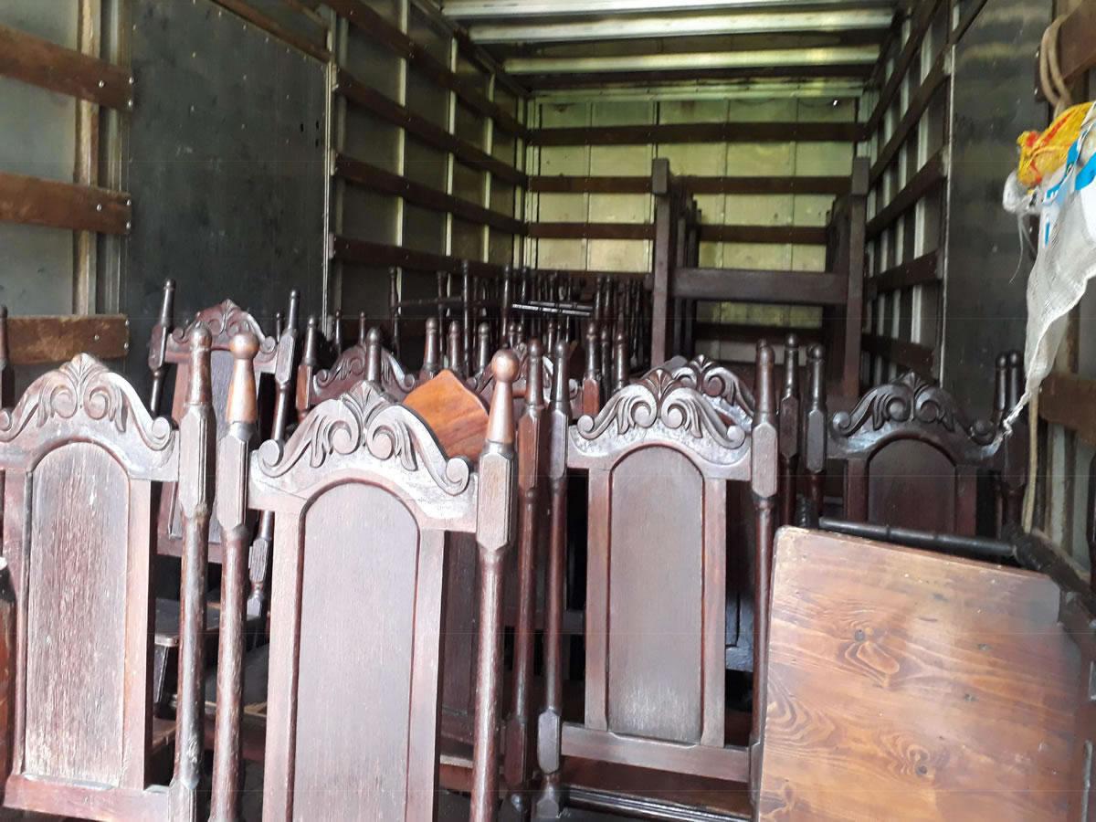 Pirapora - Quant.: 6 - Jogos de mesa de sucupira  Com 4 cadeiras cada um, também de sucupi