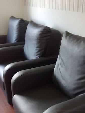 Itaúna - Poltrona  Com assento/enconsto em material sintético, na cor preta, em bom estado