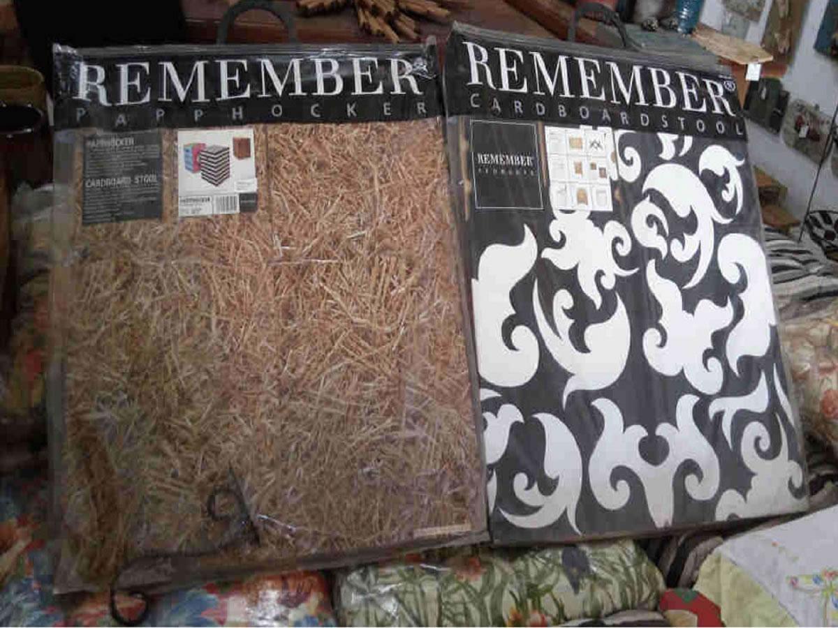 Itaúna - Quant.: 2 - Puffs Remember De caixa de papelão.  ==> IMPORTANTE: O primeiro leilã