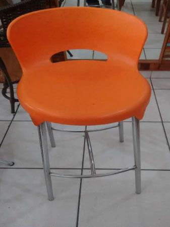 Itaúna - Banqueta Em polipropileno, cor laranja. ==> IMPORTANTE: O primeiro leilão será di