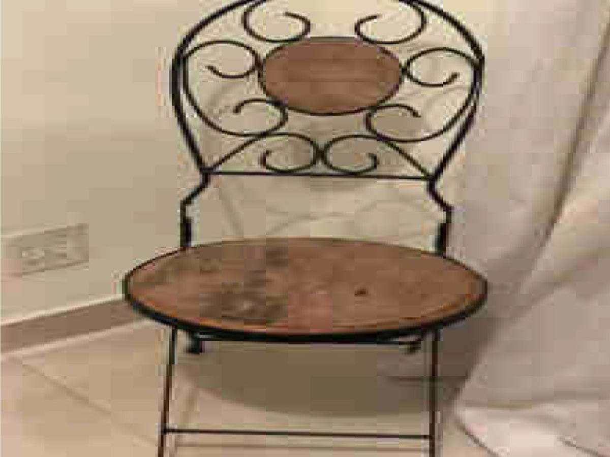 Itaúna - Cadeira dobrável  De ferragem com madeira.  ==> IMPORTANTE: O primeiro leilão ser