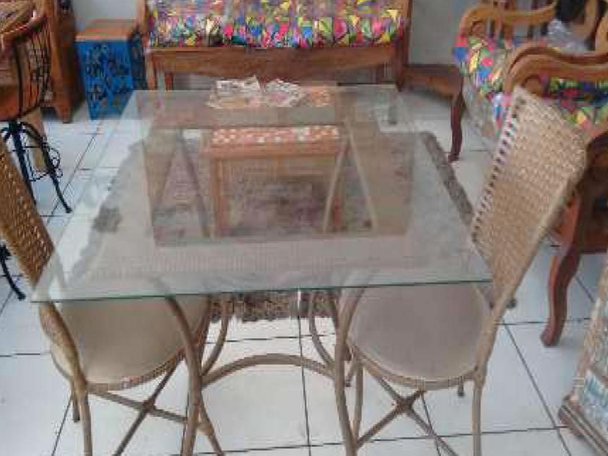 Itaúna - Mesa de fibra  Com tampo de vidro, medindo aproximadamente 0,90 m x 0,90 m, com d