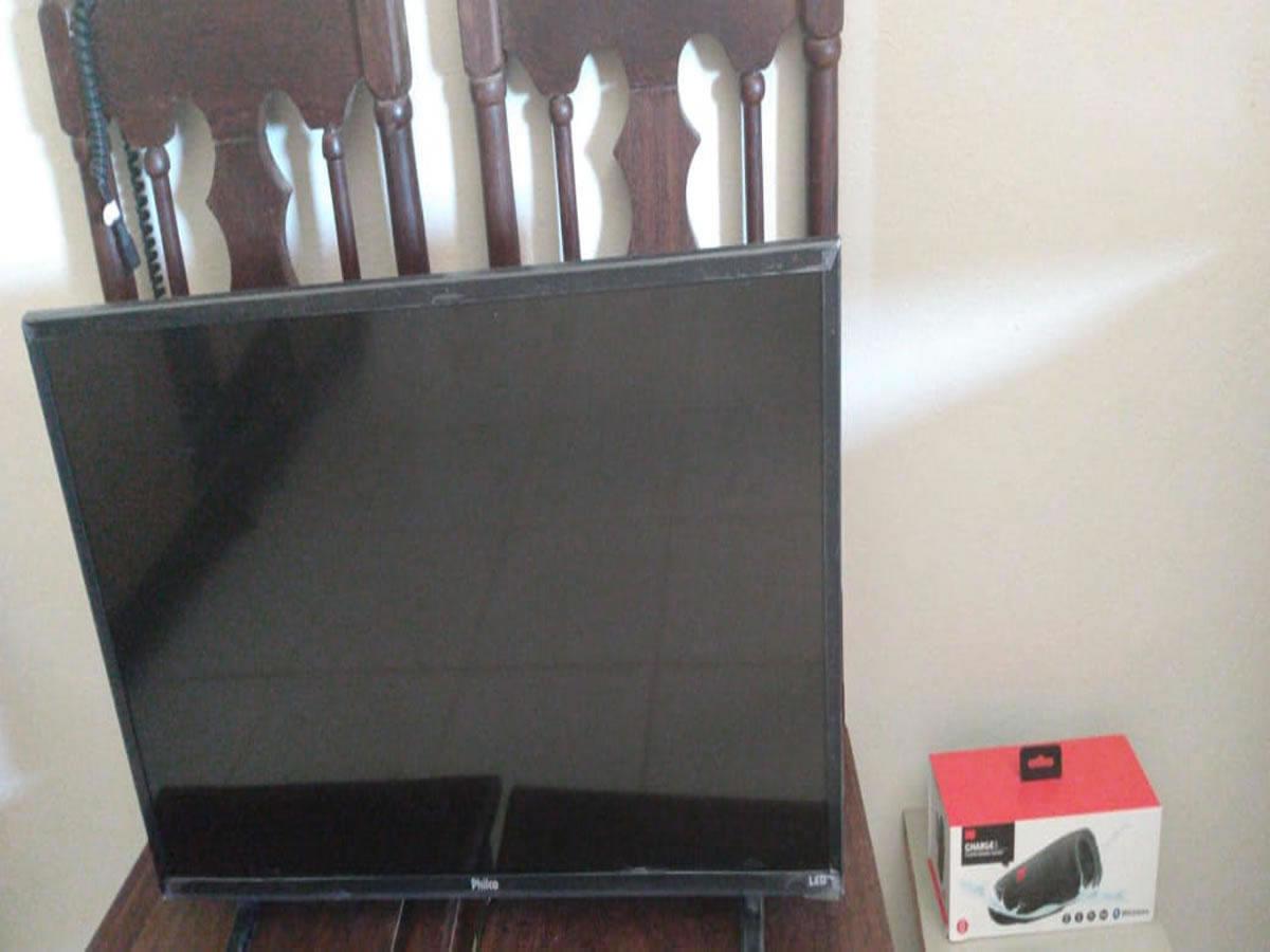 Oliveira - TV Led 32 polegadas preta Philco Em ótimo estado de conservação.  ==> IMPORTANT...
