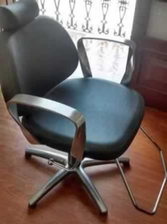 Itaúna - Cadeira com rodízio Com assento/encosto em material sintético, em bom estado de c