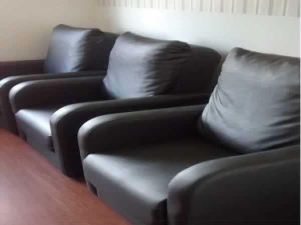 Itaúna - Poltrona Com assento/encosto em material sintético, na cor preta, em bom estado d