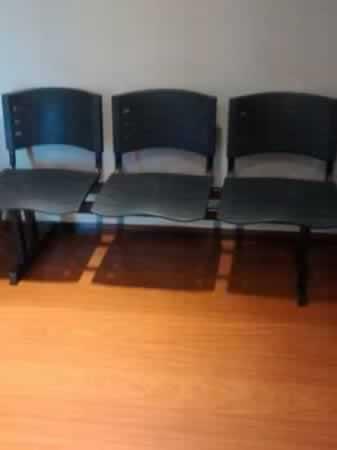 Itaúna - Longarina de três lugares Com cadeiras em PVC, na cor preta, em bom estado de con