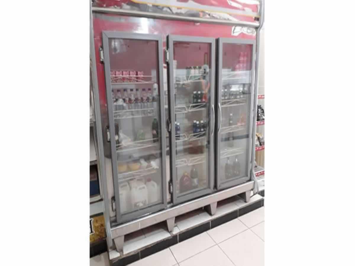 Várzea da Palma - Freezer expositor Friomax Três portas, em bom estado de conservação.  ==
