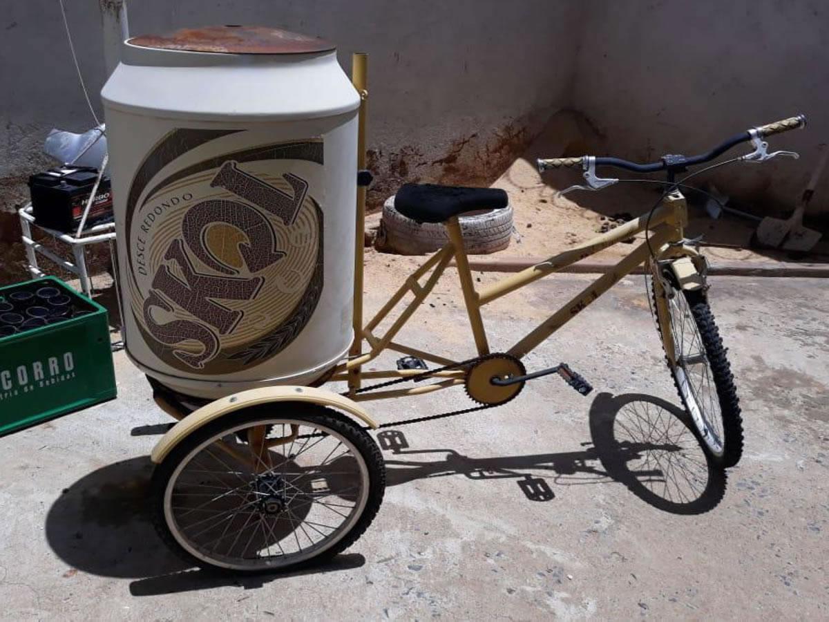 Janaúba - Triciclo da Skol  Com cooler com capacidade de 100 latinhas, cor amarela, em bom...