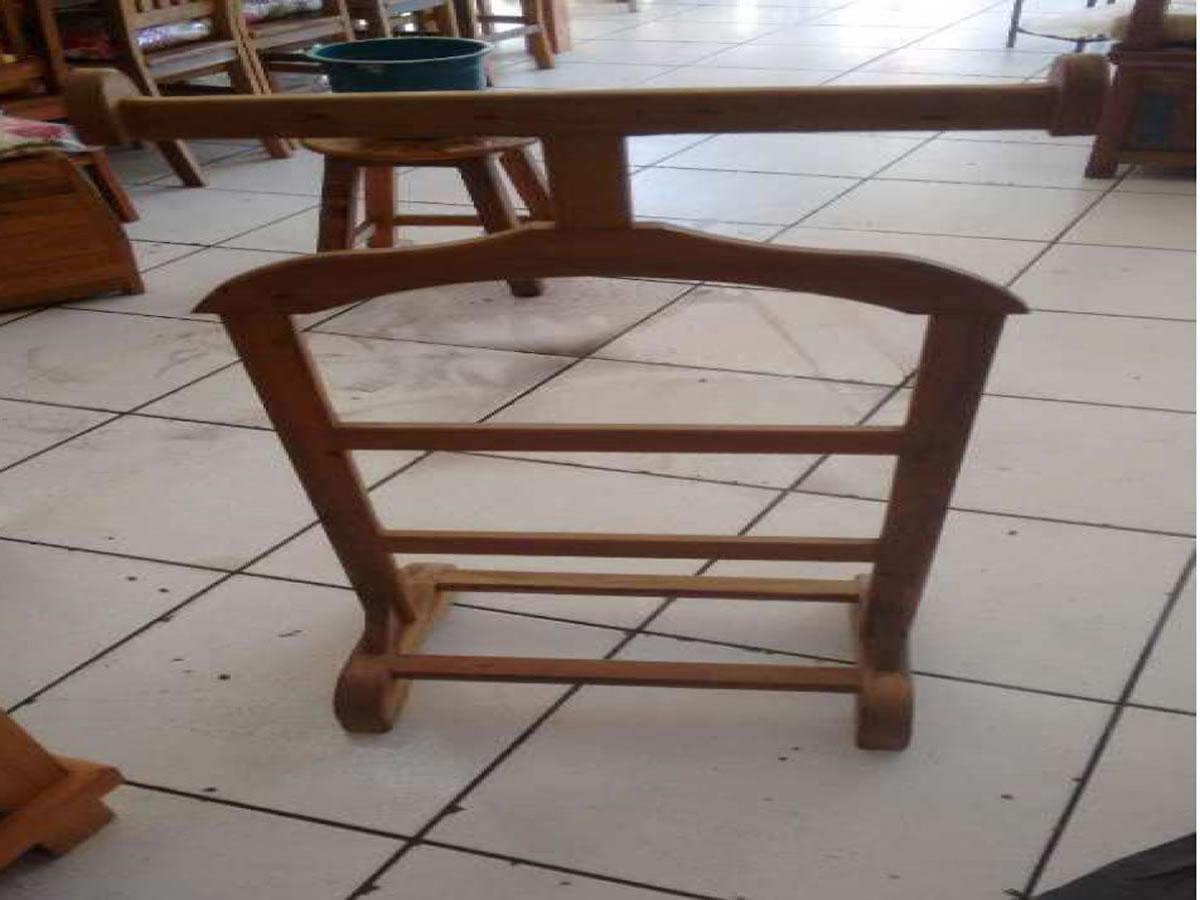 Itaúna - Cabide de terno . Em madeira. ==> IMPORTANTE: O primeiro leilão será dia 06/06/20