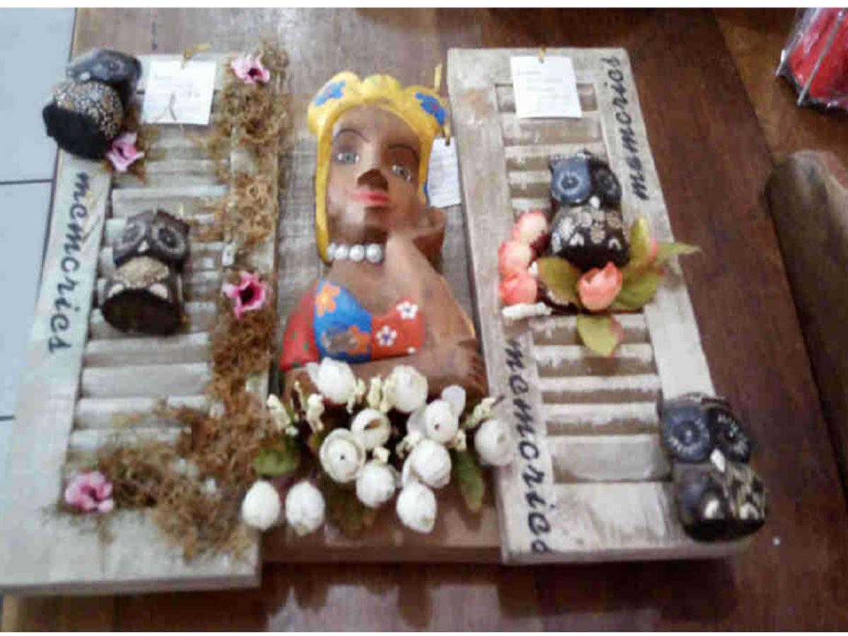 Itaúna - Janela decorativa Com motivo namoradeira, em madeira de demolição. ==> IMPORTANTE