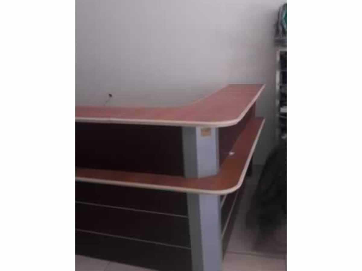 Pirapora - Balcão caixa em forma de  L todo em MDF  Em bom estado de conservação.  ==> IMP