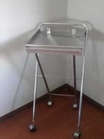 Itaúna - Carrinho auxiliar para produtos de manicure Em material cromado, com quatro rodin