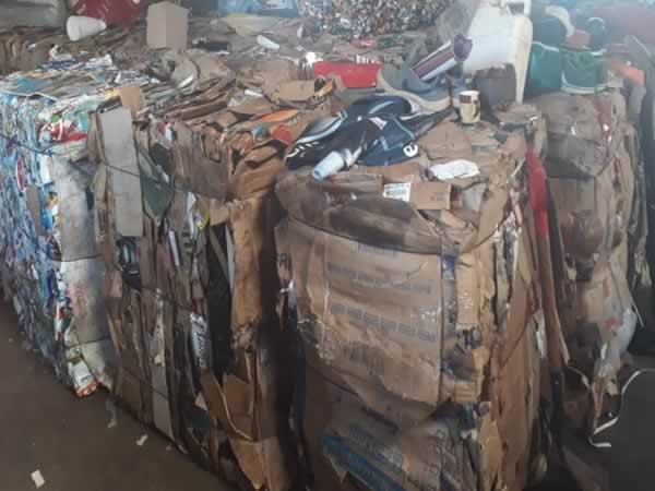 ITEM Nº: 02; Material reciclável; papelão e caixinhas longa vida, aproximadamente 8.000 k