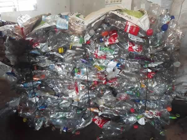 ITEM Nº: 03; Material reciclável; garrafa pet diversos e plásticos, aproximadamente 2.500